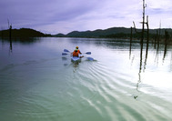Idyllische Kayak-Tour über den Lake Kenyir