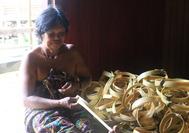 Korbflechterin im Longhouse auf Borneo