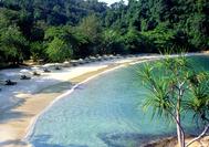 Die paradiesische Emerald Bay von Pangkor Laut