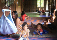 Iban-Familie in ihrem Longhouse auf Borneo