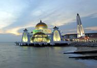 Blick auf die Straits Moschee an der Strasse von Malakka